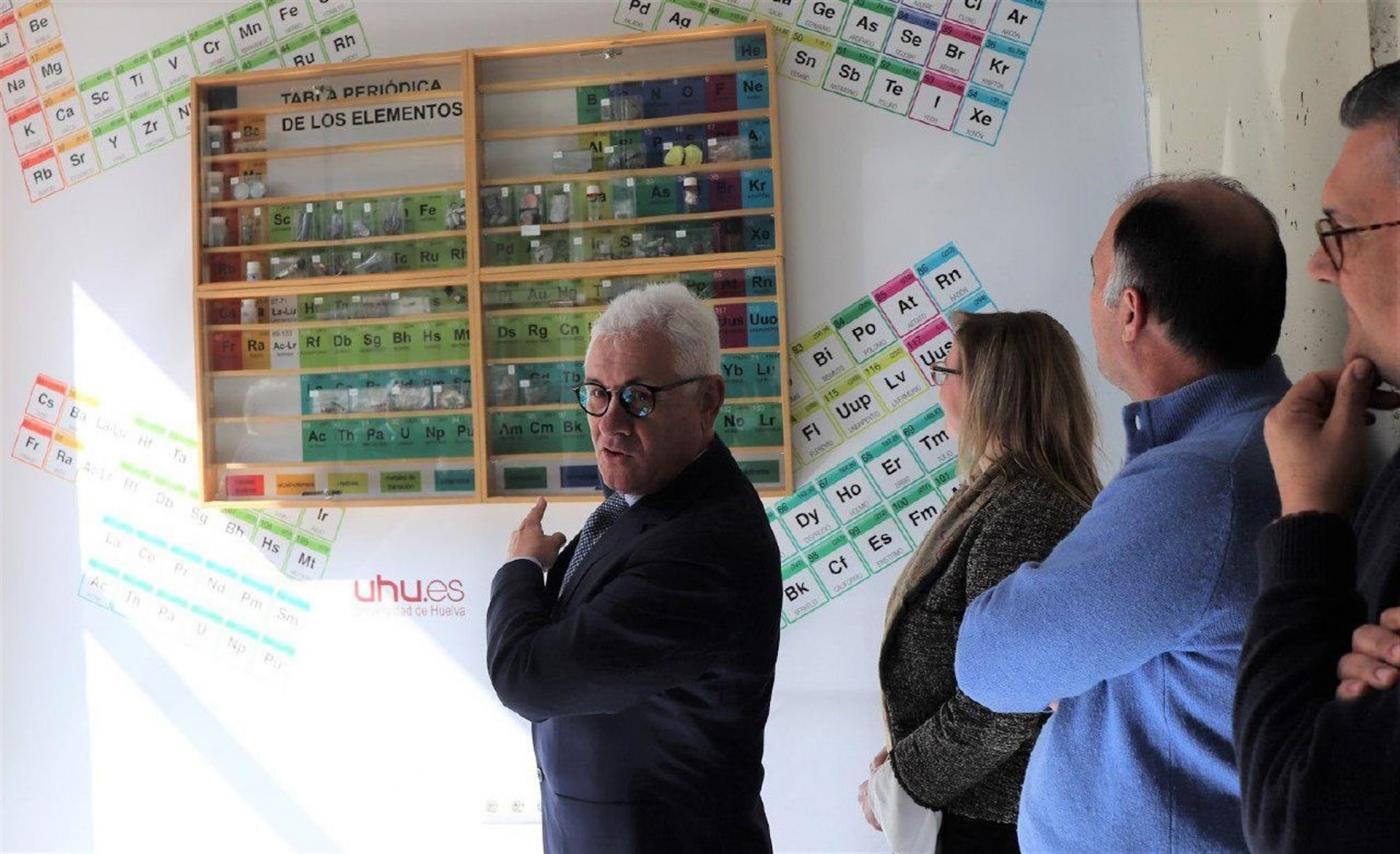 La Universidad de Huelva instala una tabla periódica gigante