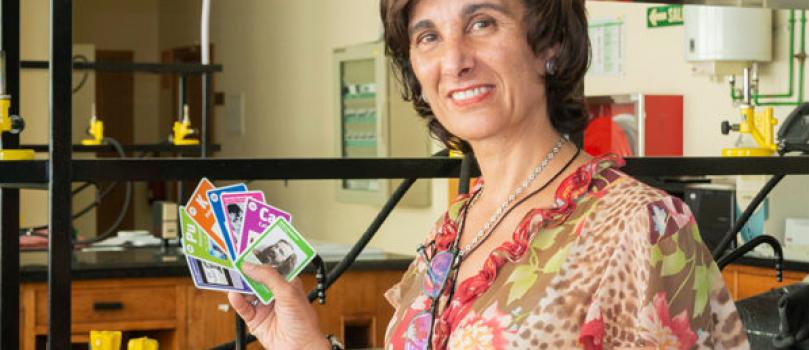 Una profesora de la Escuela Técnica Superior de Ingeniería Aeronáutica y del Espacio (ETSIAE) de la UPM diseña una baraja de cartas de la tabla periódica